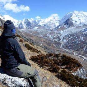 everest basecamp, Maria sitter på en sten och njuter av utsikten av everest basecamp