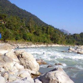 Paddlingsresa Nepal, paddlare rekognoserar en fors