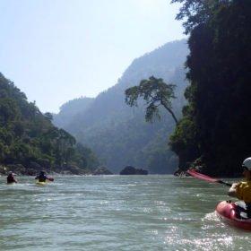 Paddlingsresa Nepal. Paddlare på floden Seti