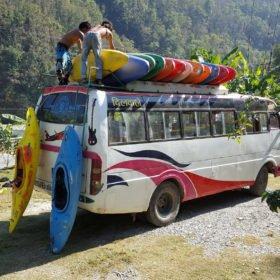 Paddlingsresa Nepal, kajaker lastas på en buss