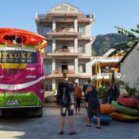 Paddlingsresa, buss med kajaker utanför ett hotell i Pokhara