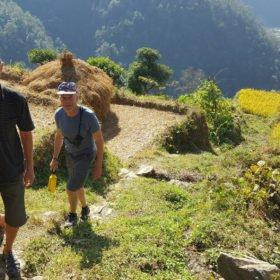 Paddlingsresa Nepal. Paddlare gör en liten vandring på landsbygden i Nepal