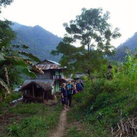 Paddlingsresa Nepal, paddlare vandrar genom en by