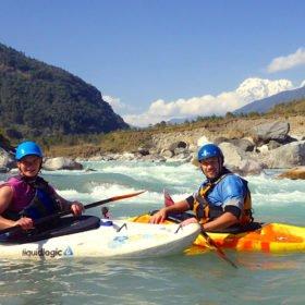 Paddlingsresa, Annis och Pelle Nyberg i kajaker på floden Upper Seti