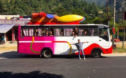 Paddlingsresa Nepal, buss med kajaker på taket