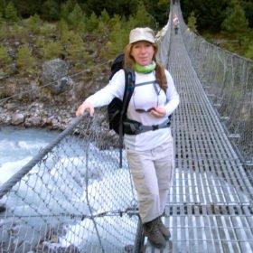 Gruppresa Everest, Yvonne på en hängbro över floden Dudh Koshi