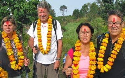 Gruppen i Nepal med blomgirlanger från bybor runt halsen