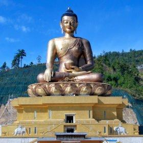 vandringsresa Bhutan, en enorm budhhastaty