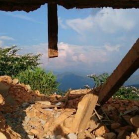 volontärresa Nepal, byggnad som raserats vid jordbävningen i Nepal 2015