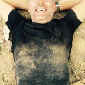 Lars pustar ut, full av damm