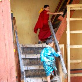 Bhutanresa, pojkar leker i klostret
