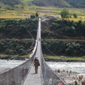 Bhutanresa bro över flod i Bhutan