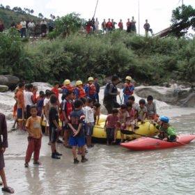 Bhutanresa, barn och kajak vid floden