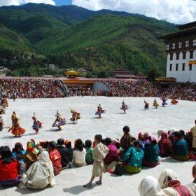 Bhutanresa, högtidsfirande med dans i Thimpu