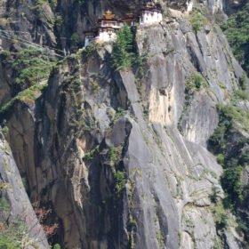 Bhutanresa, Dzong byggd i en klippa