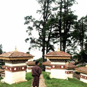 Bhutanresa, buddistiska stupor på ett bergspass