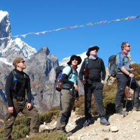 Några vandrare hämtar andan på väg mot Everest Basecamp