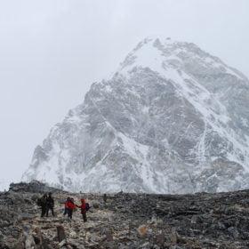 Gruppen vandrar framför Berget Pumori, nära Everest Basecamp