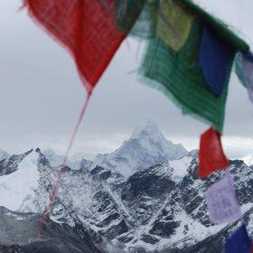 Böneflaggor och bergsvyer, Everest Basecamp