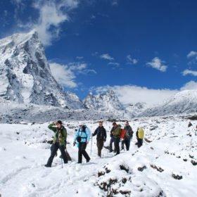 Gruppen vandrar i ett snötäckt landskap på väg från Everest Basecamp