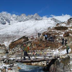 Gruppen på väg över en liten bro på väg från Everest Basecamp