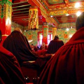 Rödklädda munkar inne i klostret i Tyangboche