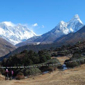 Två av gästerna njuter av utsikten över Mt Everest, Lhotse och Ama Dablam