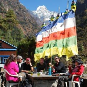 Gruppen fikar i solen på väg till Everest Basecamp