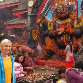 Karin vid ett hinduiskt tempel i Katmandu