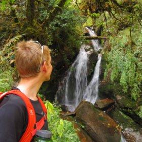 Anders vid ett vattenfall på stigen mot Annapurna Basecamp