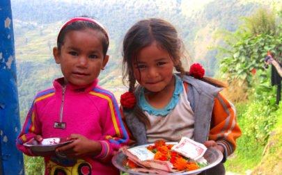 nepalesiska barn på vandringen till Annapurna Basecamp
