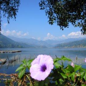 Vackra Fewa Thal i Pokhara och Annapurnabergen