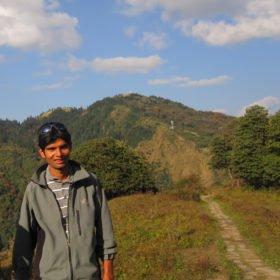 nepalesiska vandringsguiden Krishna vid stigen mot Annapurna Basecamp.