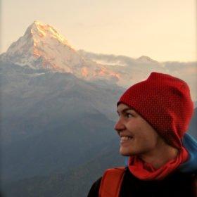 Karin med de vackra Annapurnabergen