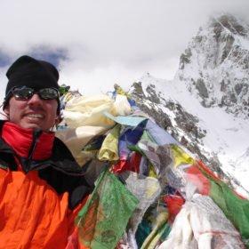 Jan vid Kala Pathar, omgiven av snötäckta berg
