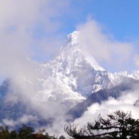 Det vackra snötäckta berget Ama Dablam
