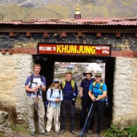 Gruppbild i byn Khumjung på 3790 m