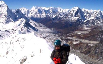Cina närmar sig toppen av Island Peak på drömäventyr