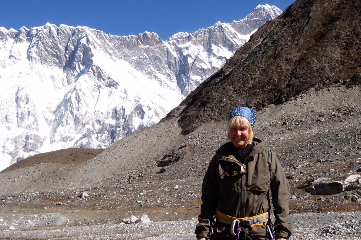 Cina med sele, redo för klättring på Island Peak