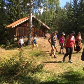 gruppen vandrar på äventyr i Dalarna