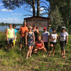 Gruppbild vid Västerdalälven, äventyr i Dalarna