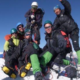 grupp uppe på toppen av Island Peak