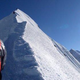 Snötäckt bergskam på Island Peak