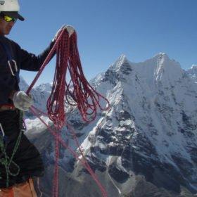 En nepalesisk guide ordnar med rep på Island Peak