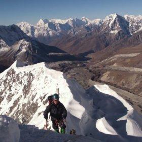 Klättrare på väg upp mot toppen av Island Peak