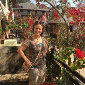 Inka Gurung på balkong rundresa Nepal
