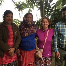 Inka Gurung med lokal familj rundresa Nepal
