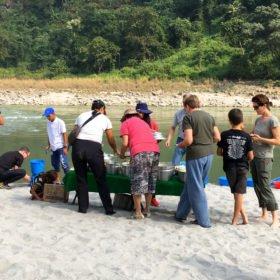 lunch på stranden rundresa Nepal