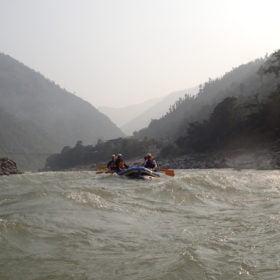 rafting i en fors rundresa Nepal