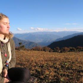 Sara njuter på Bhutan vandring
